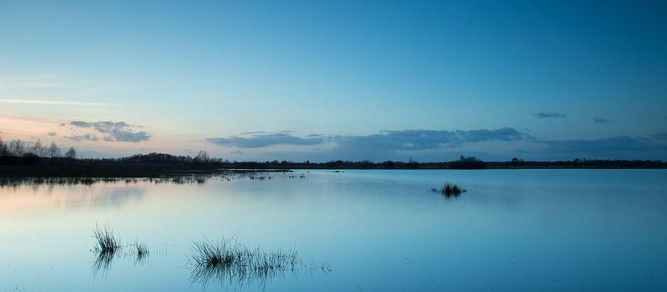 Avondlicht tijdens blauwe uurtje (long exposure) - Haaksbergerveen   van Art Wittingen