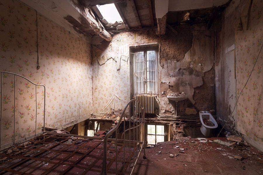 Slaapkamer in Verlaten Kasteel. van Roman Robroek