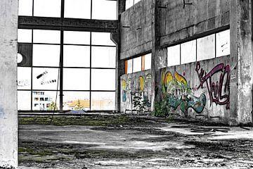 Nieuw groen en vervallen grijs in oude fabriek van Assia Hiemstra