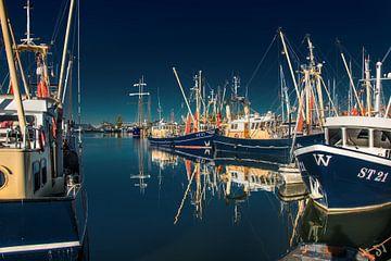 Le port de la ville portuaire frisonne de Stavoren par un après-midi sans vent sur Harrie Muis