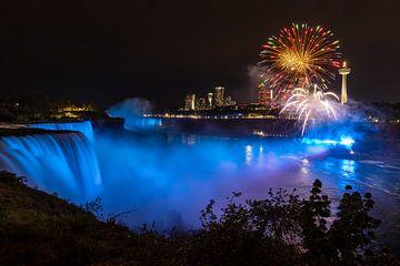 Vuurwerk bij Niagara Falls van Roland Brack