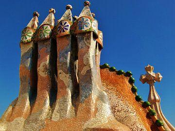 Gaudi Huis,Casa Batlló, Barcelona pilaren op het dak van Tessa Louwerens