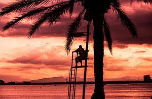 Strandwacht bij zondsondergang  van