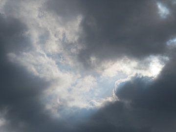 Die Sonne scheint immer hinter dunklen Wolken von timon snoep