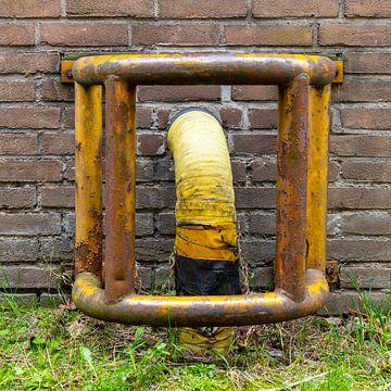Urbex Detail - Abflussrohr mit rostigem Metallschutz von Photo Henk van Dijk