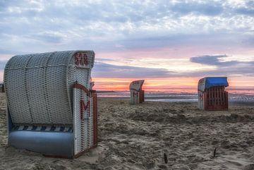 Strandstoelen dichtbij Cuxhaven in het avond licht van