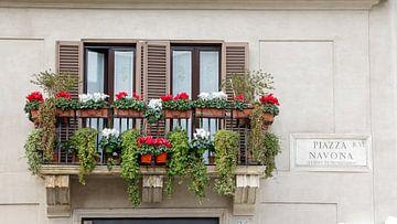 Milaans balkon met bloemen van Hilda Weges