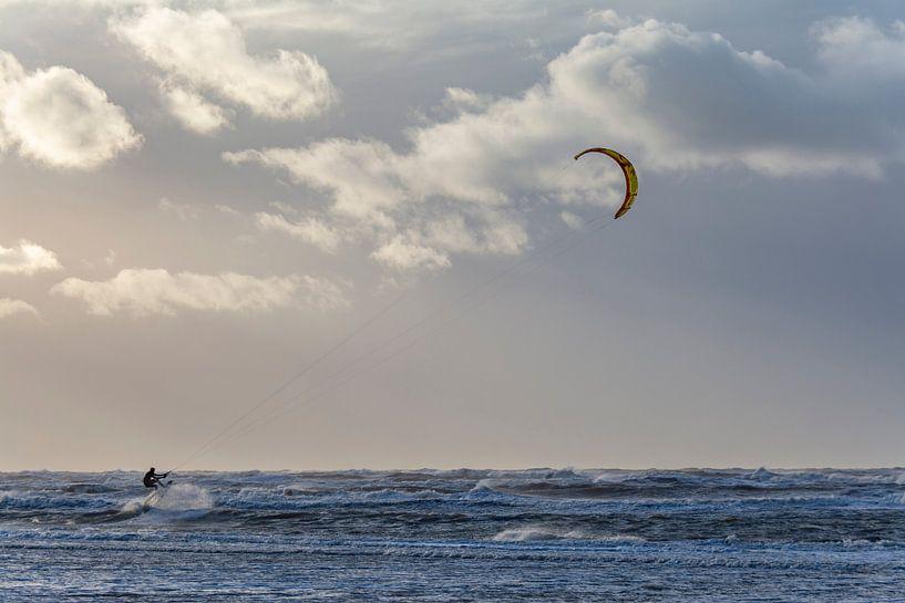 Kite surfer van Ton de Koning