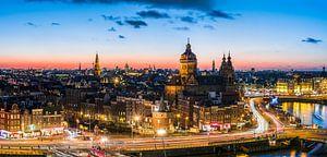 Avond valt in Amsterdam vanaf SkyLounge, panorama