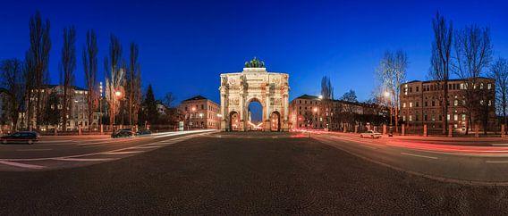 Siegestor München op blauw uur (Panorama)