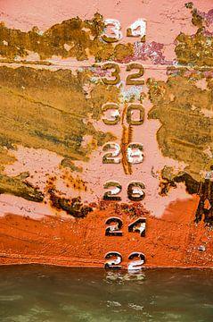 Kleurige stalen scheepsromp met diepgangsmerk van Frans Blok