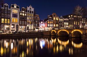 Singel gracht in Amsterdam met verlichte grachtenpanden