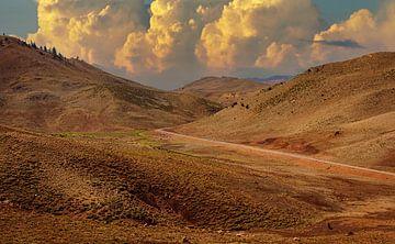 Straße durch das Atlas-Gebirge in Marokko von Rietje Bulthuis