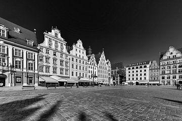 Blick auf einen Platz mit mittelalterlichen Häusern in Krakau von Rita Phessas