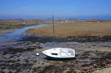 Segelboot am Strand bei Ebbe in der Bretagne von