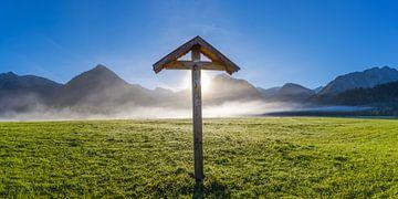 Veldkruis met Christusfiguur, Allgäu, Beieren, Duitsland van Walter G. Allgöwer