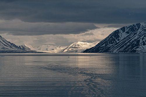 Zonsondergang in Krossfjorden  Spitsbergen van