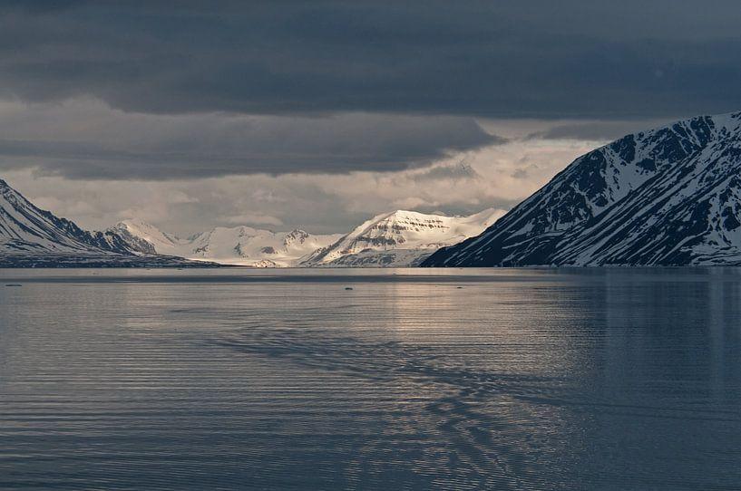 Zonsondergang in Krossfjorden  Spitsbergen van Peter Zwitser