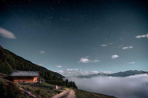 Bij volle maan boven de wolken van