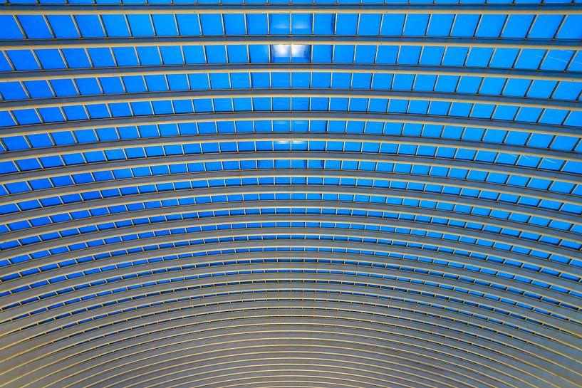 Blauwe abstracte architectuur in Luik van Dennis van de Water
