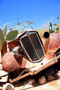 Verrostetes und verlassenes Oldtimer-Wrack in der Wüste