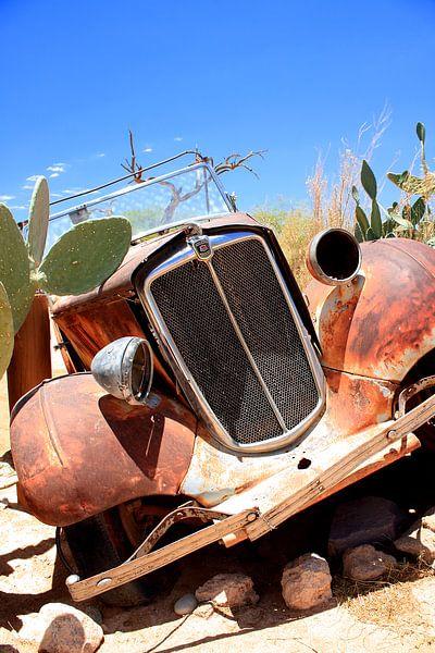 Verrostetes und verlassenes Oldtimer-Wrack in der Wüste von Bobsphotography