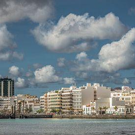 Zicht op de sky line van Arrecife- hoofdstad van Lanzarote - Canarische Eilanden. van Harrie Muis