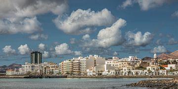 Blick auf die Himmelslinie von Arrecife - Hauptstadt von Lanzarote - Kanarische Inseln. von Harrie Muis