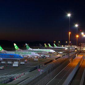 Het platform van Eindhoven airport by night van tiny brok