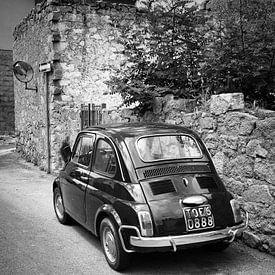 Voiture ancienne FIAT 500 en Italie en noir et blanc sur iPics Photography