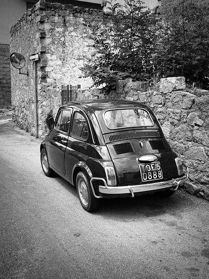 Altes FIAT 500 Auto in Italien in schwarz-weiß