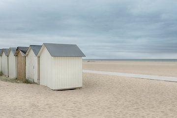 Strandhäuser an einem verlassenen Strand von Mark Bolijn