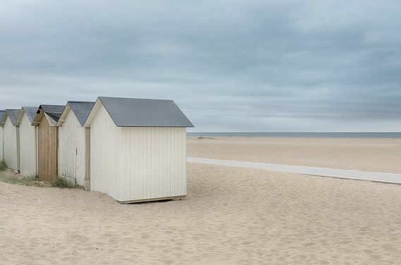 Strandhuisjes op een verlaten strand
