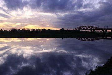 Uiterwaarden en Rode IJsselbrug Zwolle bij zonsondergang. van Jan-Willem van Rijn