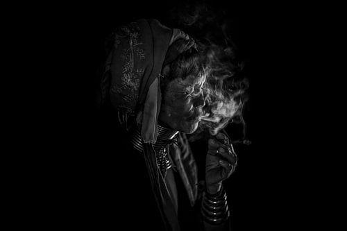 Cheroot rokende oude vrouw in  Inle. Zij behoort tot de Kayan Lahwi stam, de longneck stam, in Myanm van