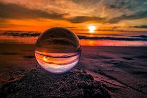 Kristallen bol bij zonsondergang van