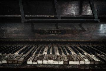 Een oude piano van Steven Dijkshoorn