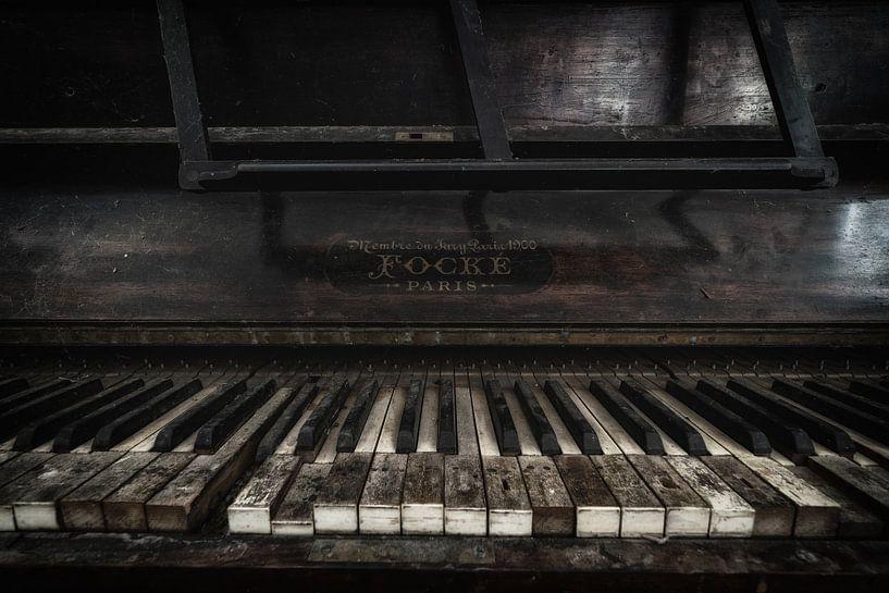 Een oude piano von Steven Dijkshoorn