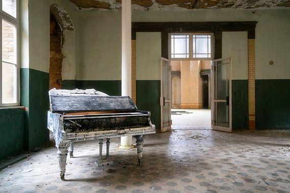 Verlaten Piano in Hal. van Roman Robroek
