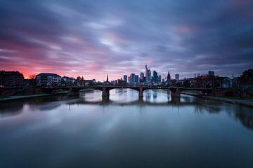 Frankfurt Skyline Zonsondergang Frankfurt van Jiri Viehmann