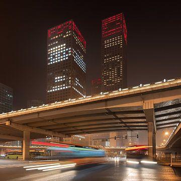 Städtische Nachtszene mit Bewegungsunschärfe und Lichtspuren von Tony Vingerhoets
