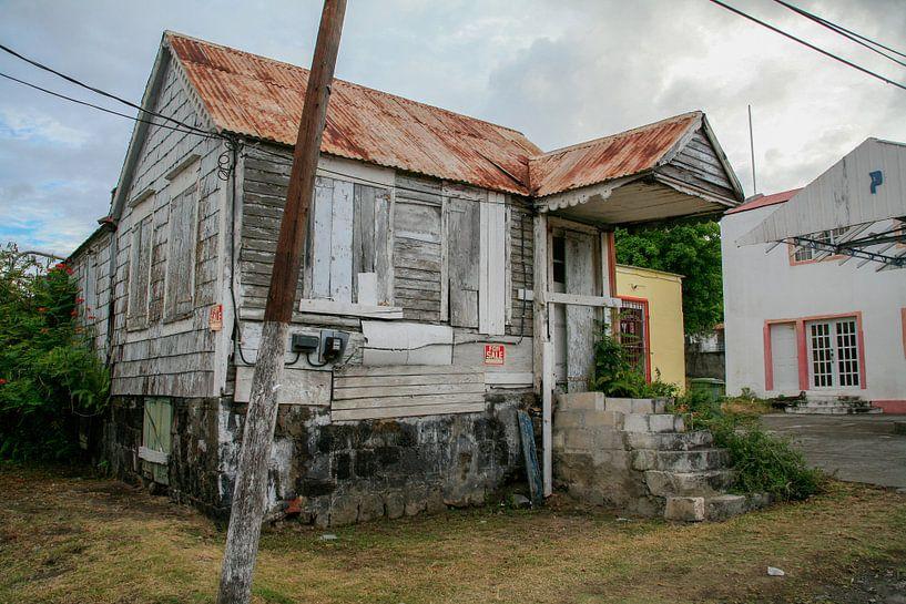 Verfallenes Haus auf St. Eustatius von Joost Adriaanse