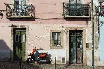Straßenszene in Lissabon von Martin van den Berg Mandy Steehouwer