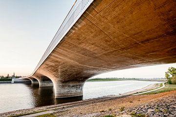 Onder de Waalbrug Nijmegen van Hans Hebbink