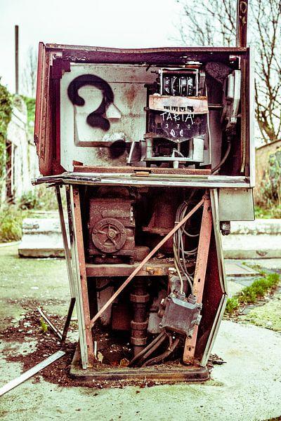 Roestige benzinepomp van Erik Jansen