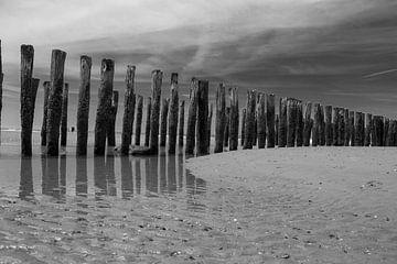 Schwarz-weiße Wellenbrecher in der Nordsee an einem Sandstrand in Zeeland an einem sonnigen Tag von Marco Leeggangers