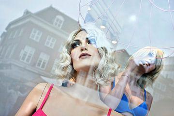 Mannequins de mode dans une vitrine sur Tony Vingerhoets