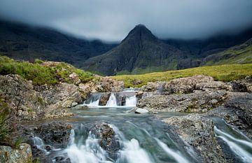 Wasserfall in den schottischen Hügeln, Fairy Pools, Isle of Skye, Schottland von Sebastian Rollé - travel, nature & landscape photography