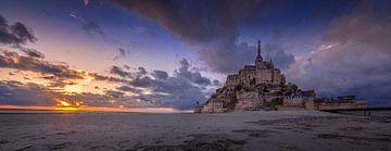 Mont Saint Michel bij zonsondergang van Toon van den Einde