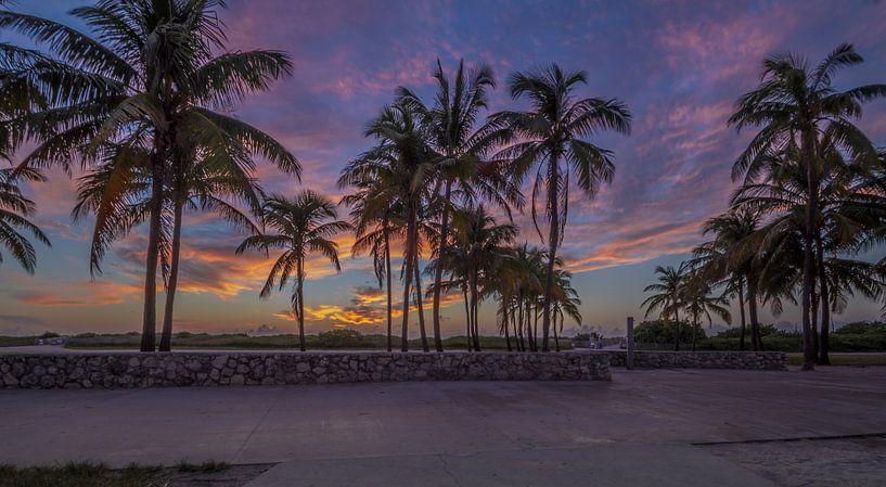 Sunnrise at Ocean Drive Miami Beach van Rene Ladenius Digital Art